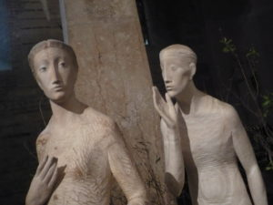 Skulptur, bei der ein Mann einer Frau etwas zuruft. (Einsicht)